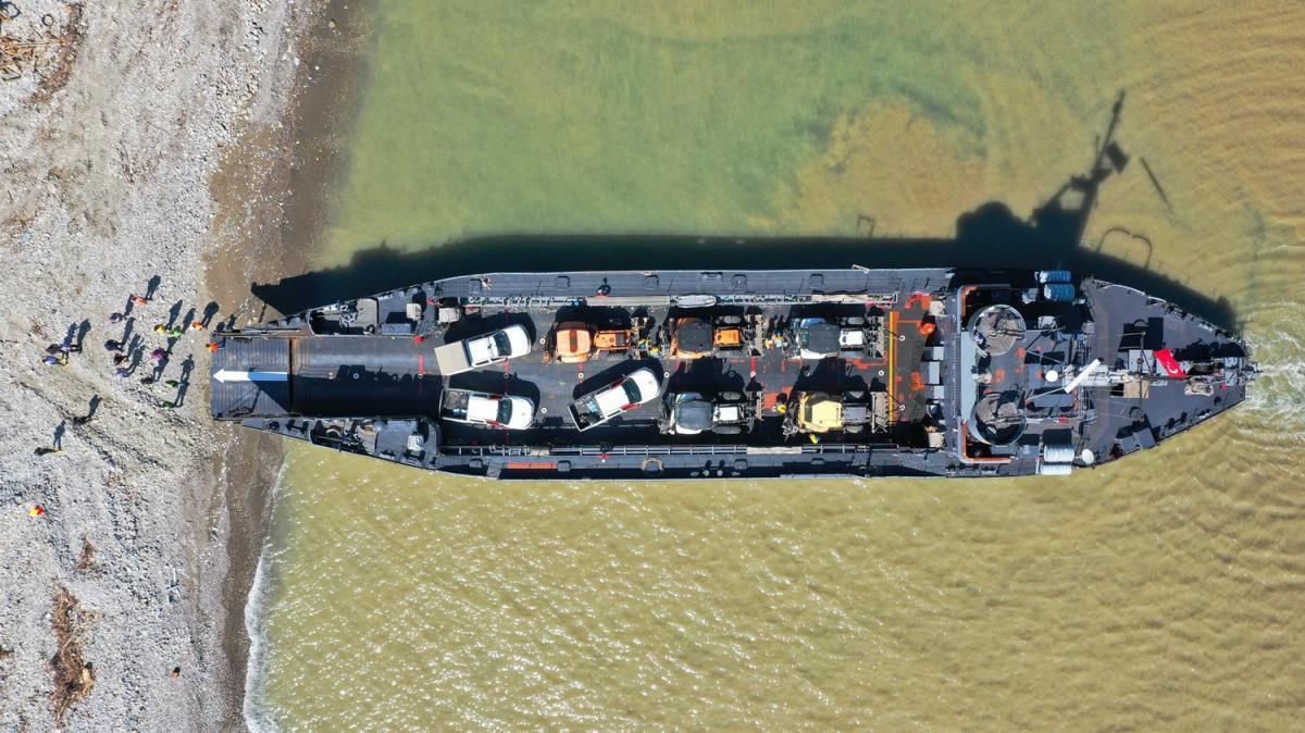 Çıkarma gemisiyle iş makinelerinin selden etkilenen Türkeli'ne sevkiyatına devam edildi